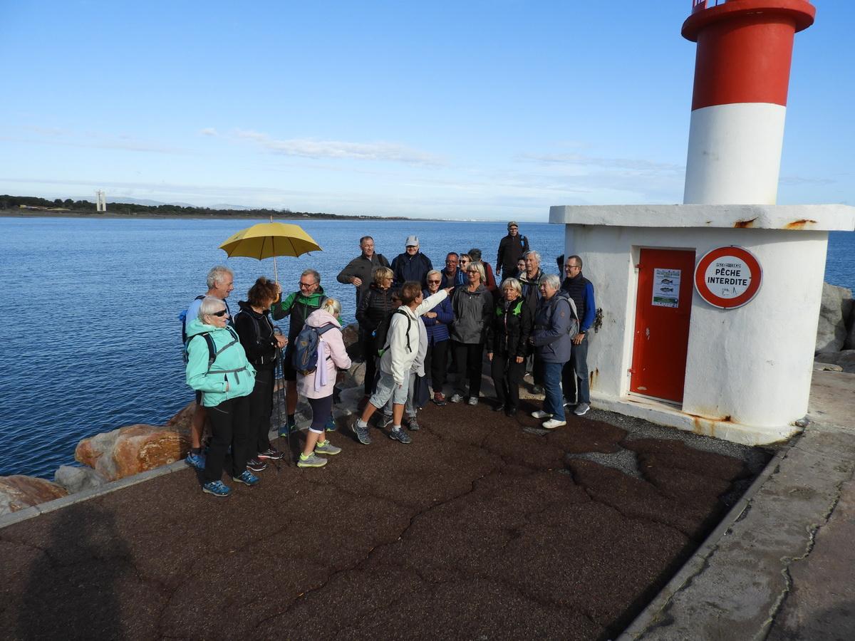 Le phare de la jetée à l'entrée du port